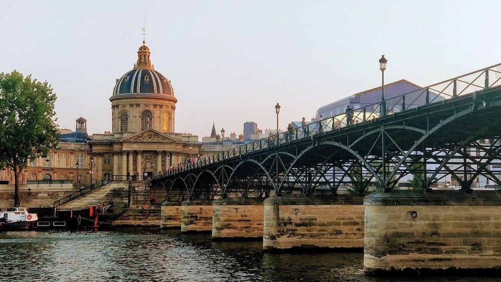 От така краса відкривається з протилежного берега, якщо гуляти попри Сену